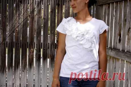 Идея: маскировка принта на футболке + объёмный цветочный декор — Мастер-классы на BurdaStyle.ru