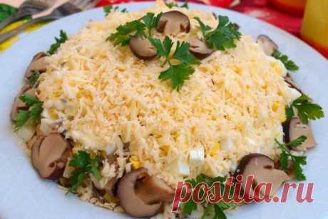 Салат «Цыпленок» с грибами и сыром   Сложные салаты более всего популярны в новогодние праздники. Попробуйте заменить приевшуюся сельдь «под шубой» или «Оливье» этим блюдом. Оно так же вкусно и выглядит не менее празднично. Любой салат можно красиво украсить овощной нарезкой.   Ингредиенты:  Показать полностью…