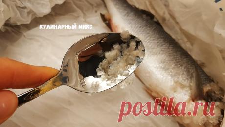 Как я чищу рыбу от чешуи за 1 минуту без ножа и специальных приспособлений (а ещё чешуя не разлетается по сторонам) | Кулинарный Микс | Яндекс Дзен