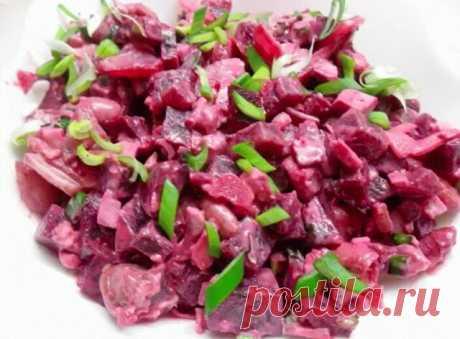 Салат с сельдью и красной фасолью.   Очередной салат с любимой селедкой. Очень вкусный.   Берем:  1-2 крупной сельди (или такое же количество филе)  красная фасоль готовая-1 ст  яблоки кислые-2 шт  свекла вареная-2 шт (в зависимости от размера)  красная луковица-1-2 шт  яйца вареные-3 шт  можно взять перепелиные для украшения  зеленый лук   Свеклу нарезать кубиками, яйца порубить, лук нарезать полукольцами, яблоки натереть на крупной терке, сельдь нарезать кубиками.   Смеш...