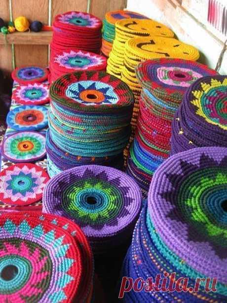 Örgü çanta modellerinden bugün çok güzel modeller hazırladık. Wayuu clutch modelleri. Örmeyi düşünenler için renk uyumları, modeller, süslemeler hakkından
