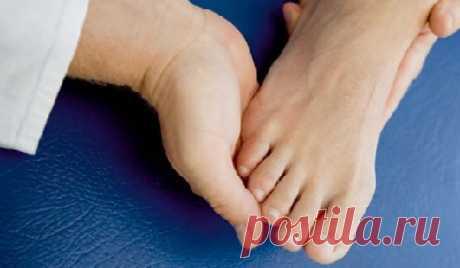 Артрит стопы: фото, симптомы и лечение Такая патология, как артрит суставов стопы, является весьма распространенной среди населения и представляет собой целую группу патологических состояний, которые объединяет поражение воспалительного характера сочленений передплюсны, плюсны и фаланг пальцев стоп.  Это заболевание доставляет большой дискомфорт из-за болезненных ощущений и воспалений в суставах стопы. Бороться с ним нелегко, так как часто пациенты обращаются к врачу, когд...