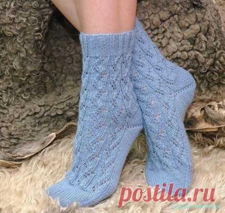 Вяжем носки спицами Вязание ажурных носочков спицами. Как связать носки спицами. Описание вязания носочков спицами.     …