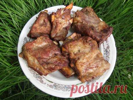 Свиные рёбрышки копчёные на мангале Свиные рёбрышки копчёные на мангале — продукт исключительно вкусный. Готовится просто и с минимальным количеством условий и ингредиентов. Нам понадобятся Ингредиенты: Свиные рёбрышки – 1 кг.; Соль – 2 ст...