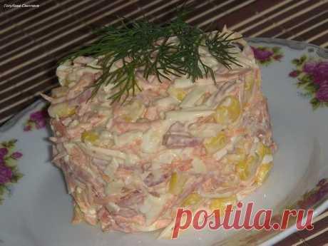 Быстрый и вкусный салат  Ингредиенты:  Морковь (сырая)-1 шт. Сыр - 100 гр. Колбаса копч. - 100 гр. Чеснок - 3 зубч. Майонез - 2 стол.л. Кукуруза консерв. - 1 баночка мал. Соль,перец - по вкусу  Приготовление:  1. Морковь и сыр натереть 2. Колбасу нарезать соломкой 3. Смешать морковь, сыр, колбасу, кукурузу, чеснок и майонез. Все хорошенько перемешать. Добавить соль и перец и снова перемешать. 4.Украсить зеленью! Приятного аппетита!