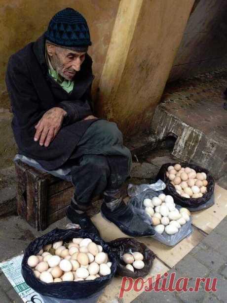 Она спросила его: - По сколько ты продаешь яйца? Старый продавец ответил: - 5 рублей за яйцо. Она сказала ему: - Я возьму 6 яиц за 25 рублей или я уйду! Старый продавец ответил: - Хорошо, возьмите их по этой цене. Может быть, это хорошее начало, потому что сегодня я не смог продать ничего.  Она взяла яйца и ушла, чувствуя, что выиграла.  Она села в свою машину и позже поехала в ресторан со своим приятелем.  Там, она и её друг, заказали всё, что им хотелось. Они съели немно...