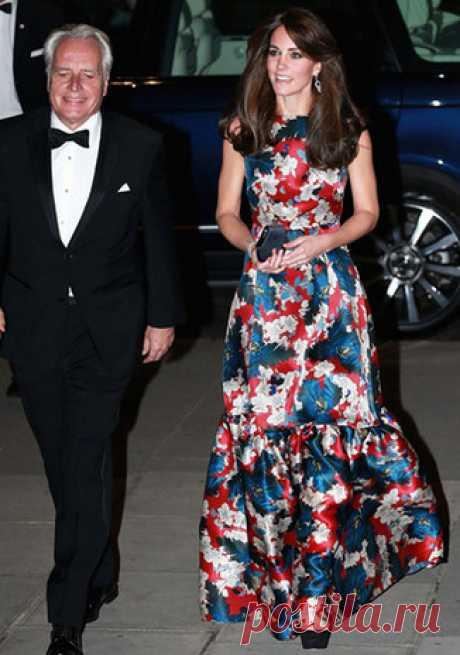 Коронный номер: вечерние платья герцогини Кэтрин   Маркетологи неспроста говорят про так называемый Kate effect — стоит герцогине Миддлтон появиться в чем-то на публике, как вещь в мгновение ока раскупают.