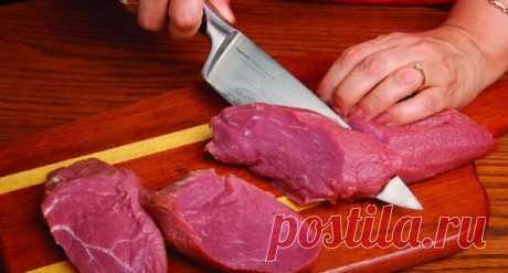 Как приготовить сочные отбивные   Мясная вырезка — наиболее ценная часть туши  животного, которая употребляется в пищу. Она находится над почками,  вдоль поясничных позвонков. Эта мышечная ткань в течение всей жизни  животного практ…