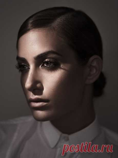 Еще один эффектный инструмент создания портретов — тень и темнота.