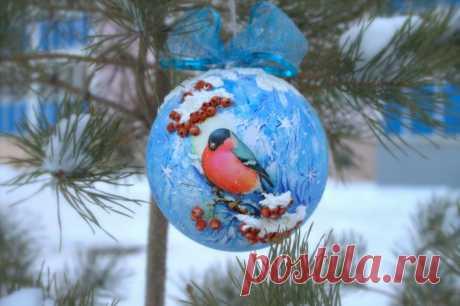 Мастер-класс: елочный шар с объемным снегирем и рябиной. Невероятно красиво!