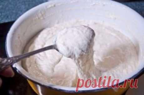 Оладушки на кефире  Ингредиенты 500 г кефира 1 яйцо 350 г муки 2 ст.л. сахара 1/2 ч.л. соли 1/2 ч.л. соды 150 г растительного масла для жарки В миску вылила кефир, яйцо, добавила сахар и соль. Смешала муку с содой. Всыпала муку с содой в кефир. Венчиком вымешивала тесто до гладкости. Оставила созревать на 20 минут. Разогрела сковородку с толстым дном и налила подсолнечное масло высотой в 0,5 см. Огонь под сковородой очень важен. На моей электрической плите разогревала на 9. Затем переклю