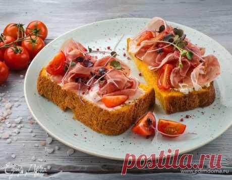 Бутерброды из тыквенного хлеба с ветчиной и помидорами. Ингредиенты: дрожжи сухие, пшеничная мука, тыквенное пюре