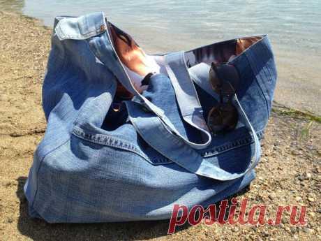 Большая пляжная сумка из старых джинсов своими руками Пляжная сумка должна быть большой, вместительной и удобной. Чтобы в неё поместилось всё то, что может понадобиться на пляже, сшейте сумку из старых джинсов своими руками подходящего размера.ВАМ ПОТРЕБ...