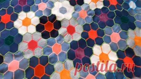 Крутая вещь из кусочков ткани Самые маленькие кусочки джинсов и ткани могут быть использованы с толком, если использовать технику пэчворка и узор «соты». Посмотрите на эту красивую основу в виде цветочной поляны: из неё можно, в и...