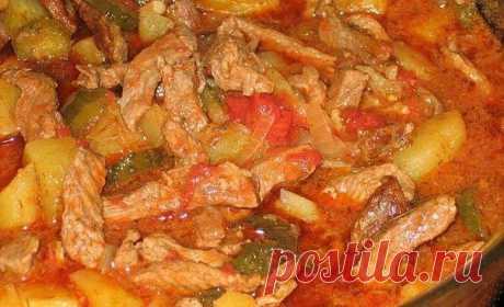 Азу по-татарски  Ингредиенты: - 500 гр мясо - 1-2 шт лук репчатый - 1-2 соленых огурца - 6-8 картофелин - 1-2 дольки чеснока - 1-2 ст. ложки томатной пасты или кетчуп - лавровый лист - соль - перец  Приготовление: 1. Мясо промыть, нарезать соломкой и слегка обжарить в казане в разогретом растительном масле. 2. Добавить порезанный тонкими полукольцами лук и обжаривать мясо с луком до мягкости лука. 3. Добавить томатную пасту, мелко порезанные или тертые на крупной терке огу...