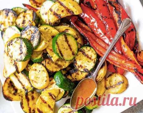Готовим дома. Запеченные овощи на гриле в медово-горчичной заправке.  Ингредиенты: -цуккини (зеленые кабачки) -желтые кабачки -болгарский перец -оливковое масло - пару столовых ложек -соль и перец - по вкусу МЕДОВО-ГОРЧИЧНЫЙ СОУС -горчица - 1 столовая ложка -мед жидкий - по вкусу -паприка - щепотка -соль - по вкусу -масло оливковое - 2 столовые ложки  Приготовление: Такие овощи как цуккини, желтый кабачок и красный болгарский перец промываем, нарезаем колечкам или ломтикам...