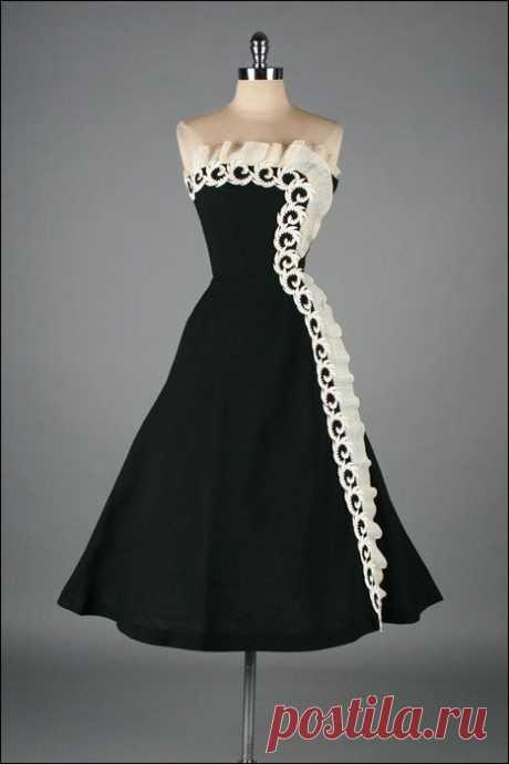 r e s e r v e d\/\/\/Vintage 1950s Dress. Black Linen. Macrame Lace. 2348