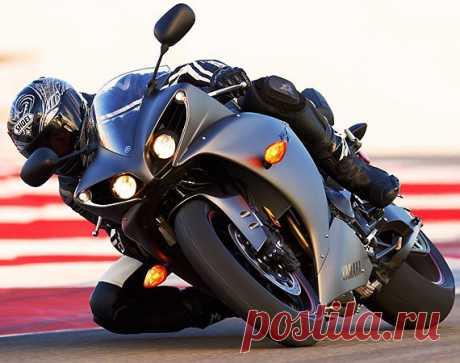 Yamaha YZF R1. Двадцатиклапанный двигатель третьего поколения, рабочий объем которого составляет 998 см3, снабжен кривошипно-шатунным механизмом короткого хода. Это позволяет мотоциклу развить мощность до 180 лошадиных сил при крутящем моменте 12500 оборотов в минуту. Ямахе доступна скорость не менее чем 283 км/час.