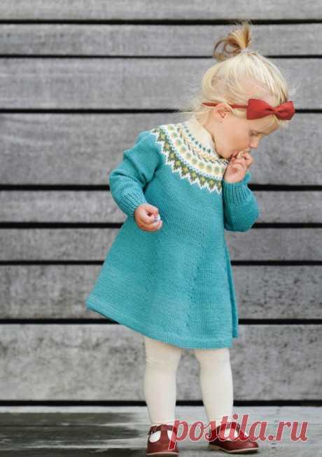 Платье для девочки спицами с жаккардовой кокеткой - Портал рукоделия и моды