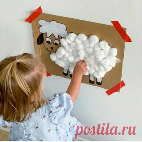 Овечья радость. Поделка из ваты Поделки - это творческая игра для малышей. Ведь благодаря такому творческому процессу, малыш познает мир, развивает моторику,фантазию,образное мышление. Каждый день мы ищем интересные идеи развивающих поделок. К примеру, сегодня на сайте Pinterest мы нашли интересный и простой вариант! Такая милая овечка из картона и ваты - ее легко сделать и превратить процесс изготовления в игру! Все, что Вам рукоделие, рукоделие,дети,творчество,сделай сам...