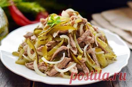 Салат Шахтерский Салат Шахтерский включает в свой состав всего 3 основных компонента — мясо, маринованные огурцы и репчатый лук. Мясо для салата можно брать абсолютно любое, отлично подойдет индейка или телятина. Огурцы важно использовать именно маринованные, а не соленые (бочковые). Ингредиенты нарезаются соломкой, смешиваются в салатнице. Основной вкус салату задает ароматная заправка на основе растительного масла. Масло раскаливаем до пика вместе со специями, оно впитыв...