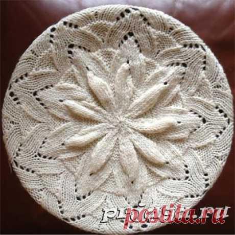 La boina tejida por los rayos con la flor volumétrica