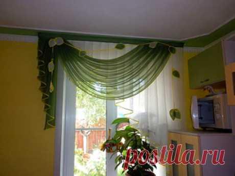 Легкие бело-зеленые шторы для кухни