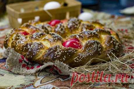 Лампропсомо - греческий пасхальный хлеб (Lambropsomo – Greek Easter Bread). Это уникальная пасхальная выпечка, сплетенная в косу из трех сегментов, символизирующих Святую Троицу, и красных яиц, символизирующих кровь и жертву Иисуса Христа. Хлеб уникален своим ароматом. В тесто добавляется маглебская вишня и хиосская мастика. Выпечка хороша в горячем и в холодном виде. Попробовать стоит и с шоколадной пастой, и с любимым джемом. Переливы аромата подчеркнут нежный вкус запеч...