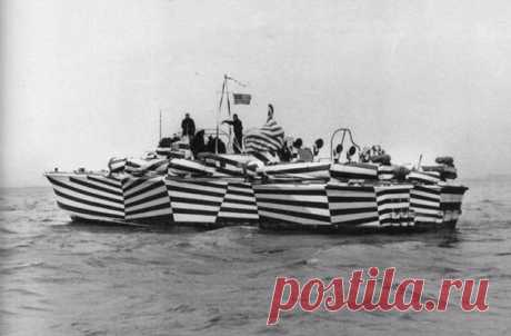 Этот необычный способ раскраски военных кораблей был придуман в XX веке. Он называется ослепляющим камуфляжем и предназначен для того, чтобы максимально исказить реальный размер судна и направление его движения.