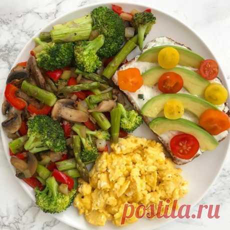 15 ВАРИАНТОВ ПРАВИЛЬНОГО УЖИНА Сохраните себе!  1. Обычный омлет из смеси белков яиц и молока, несколько свежих помидоров или горсть любых замороженных овощей, например, зеленую фасоль 2. Куриное филе на гриле, предварительно замаринованное в лимонном соке со специями, с салатом из любых овощей. 3. Треска, лосось или любая другая рыба на пару, с гарниром из овощей 4. Крольчатина, запеченная в фольге в духовом шкафу, с салатом из помидоров 5. морепродукты с овощами 6. Легки...
