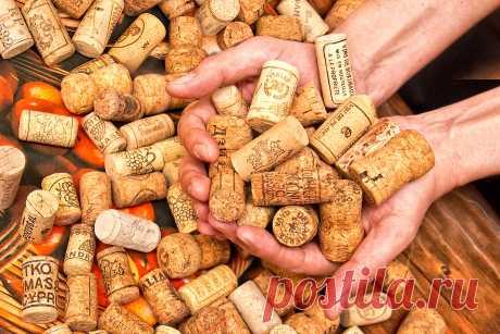 Не выбрасывайте пробки от вина! Они вам пригодятся Корковые пробки— практически универсальная вещь, которой можно легко найти применение в любом доме.Не стоит выбрасывать пробки, ведь из них можно сделать очень оригинальные и полезные вещи...    Например, вот такие практичные коврики.      Или уютные подставки под стаканы, бокалы, фужеры