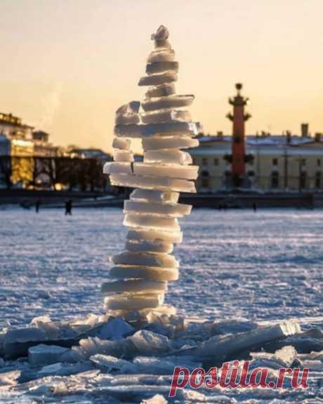 И снова Ростральная колонна из льдинок  Сколько же их там?