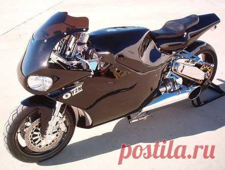 Y2K MTT Turbine Superbike - единственный в мире мотоцикл с газотурбинным мотором, разрешенный к использованию на обычных магистралях. Сердце супербайка – модифицированный для движения на дорогах авиационный газотурбинный двигатель Rolls Royce-Allison 250 с передачей мощности на вал. Мощность мотоцикла 320 л.с. при весе двигателя в 61 кг.