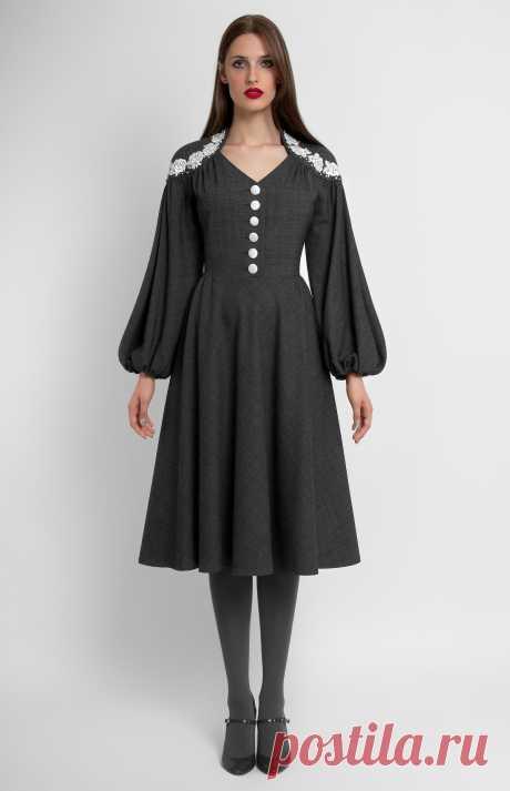 Nissoue Приталенное платье из натуральной шерсти с расклешёнными рукавами. Отделка кружевом и бусинами. Застежка на обтянутые шёлком пуговицы. Потайная молния на спине. На фото: модель ростом 178 см, размер S.