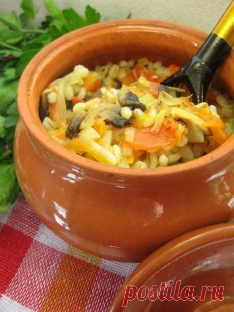 Перловка в горшочке с овощами и грибами  Итого на 100 грамм 83 ккал Б/Ж/У 3.2 / 0.5 / 17.9  Ирина Ягуби На 2 небольших горшочка: - 200-250 г перловой крупы - 1 головка репчатого лука - 1 морковь - 1 средний помидор - 4 свежих шампиньона - соль,черный молотый перец  Крупу промыть,залить водой и оставить на 3-4 часа.Воду слить. Лук нарезать тонкими полукольцами,морковь натереть на крупной терке,помидор и шампиньоны нарезать небольшими ломтиками. Овощи с грибами п...