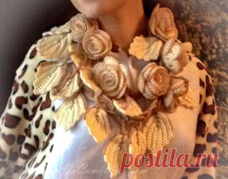 Модный снуд-колье с вязаными розами