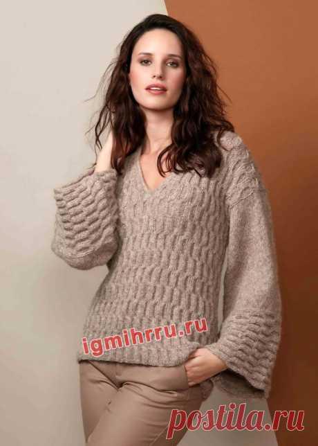 Теплый бежевый пуловер с волнистым узором. Вязание спицами со схемами и описанием