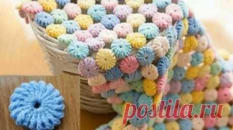Красивое одеяло вязаное крючком Это красивое одеяло выполнено из отдельных маленьких вязаных мотивов, которые очень легко вязать крючком. Одно удовольствие вывязывать круглые мотивы и затем соединять их в полноценное одеяло!Крючком...
