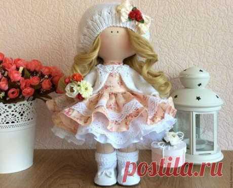 Интерьерная текстильная кукла: пошаговая инструкция шитья ~ Свое рукоделие Интерьерная текстильная кукла может быть как украшением интерьера, так и любимой игрушкой для ребенка. Необходимые материалы Ткань для тела (хлопок или