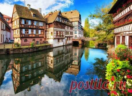 Лучшие города Франции  Город Страсбург (Strasbourg) Страсбург — красивый старинный город на северо-востоке Франции, практически на самой границе с Германией. До VI века Страсбург носил название Аргенторат, которое можно перевести с кельтского наречия, как «крепость в русле реки». Современное название города происходит от немецкого слова Straßburg, что буквально переводится как «город у дороги». Природа Главным естественным украшением города является полноводная и довольно ...