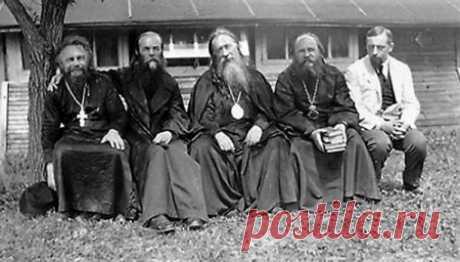 Он неотрывно закружился около церковного центра 75 лет назад умер философ, богослов протоиерей Сергий Булгаков (1871–1944). Из воспоминаний историка Антона Карташева «Мои ранние встречи с о. Сергием». *** Спокойнымо. Сергием мне суждено было впервые встретиться в1904г., вканун первой революции, когда онприбыл вПетербург изКиева, где был