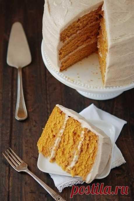 Морковный торт с грецкими орехами и корицей.    Лучшее в морковном торте - первая реакция человека, до этого его не пробовавшего. Каждый раз, когда я готовлю такой огромный торт и предлагаю гостям кусочек, они сначала морщат нос и виновато отказываются. Наверное, во всем виноваты ассоциации с безвкусными морковными запеканками, которыми нас всех кормили в детском саду на полдник. И лишь когда удается настоять и попросить гостей попробовать хотя бы кусочек, их скептицизм ту...