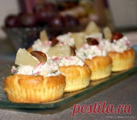 Закусочные тарталетки с салатом из красной рыбы..