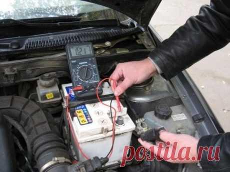 Проверяем утечку тока в цепи автомобиля! Чтобы узнать куда девается ток и почему ваш аккумулятор разряжается значительно раньше положенного срока обычно рекомендуют измерить ток утечки и «выловить» ветвь схемы, где он «убегает». Простые рекомендации типа «подключи АКБ через амперметр» «почему-то» терпят неудачу — амперметр или ничего не показывает, или показывает белиберду, несовместимую со здравым смыслом. Так вот, всё по порядку. • Работу лучше выполнять ВДВОЁМ. • Отключить все явные…