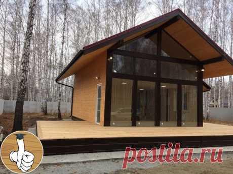 Уютный каркасный дом с панорамными окнами. Строительство такого дома займет немного времени.