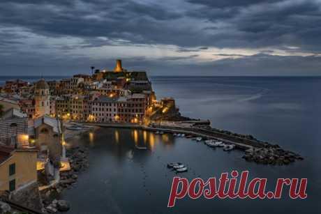 Vernatstsa de noche, Liguriya, Italia. El autor de la foto – AB: nat-geo.ru\/photo\/user\/296085\/