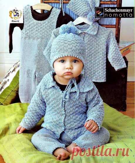 Вязаный комплект для новорожденного мальчика состоит из комбинезона, жакета с шахматным узором и шапочки.  Для вязанного комплекта размера 80-86, вам понадобится 450 г пряжи 50% шерсть, 50% акрил (145м/50г), спицы №3 и №4, крючок № 2,5, №3,5, пуговицы. Вязать комплект с комбинезоном новорожденному мальчику Жакет выполняется одним полотном по выкройке Набрать на спицы 143 петли и провязать 21 ряд изнаночными. В дальнейшем он не учитывается. Продолжаем вязать основным узором...