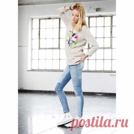 Женский вязаный свитер с вышитыми цветами  Вязаный свитер для женщин не только предмет гардероба, который согреет в холодную погоду, это способ подчеркнутьиндивидуальность образа. Этот свитер вяжется лицевой гладью: полочка, спинка и рукава на прямых спицах, а сборка проводится на круговых. А вот рисунок вышивается по счётной схеме, после завершения вязания.  Размеры (европейские): 36/38 (40/42) Размеры (российские): 42/44 (46/48)  Вам потребуется: 600 (650) г бежевой (цв...