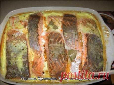 Рыба, запеченная в сметане  Ингредиенты:  - 2 кг рыбы (хек, минтай)  - 3 головки лука  - 2 яйца  - 150 г сыра твердых сортов  - 400 г сметаны  - растительное масло  - мука  - маленький пучок укропа  - специи, соль и горчица по вкусу  Приготовление:  1. Рыбу помыть, почистить, нарезать небольшими кусочками.  2. Сделать панировку: в плоское блюдо насыпать муку, соль, специи и перемешать.  3. В панировке обвалять кусочки рыбы и выложить на противень с бортиками.  4. Нарезать ...