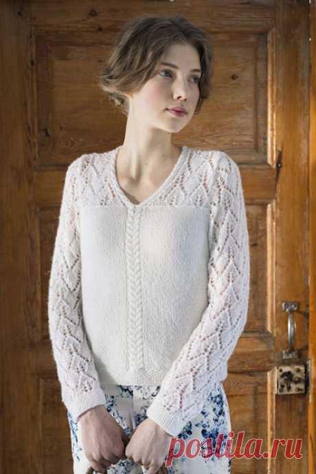 Белый пуловер ажурным узором Березовые листики на кокетке и рукавах спицами – описание со схемами